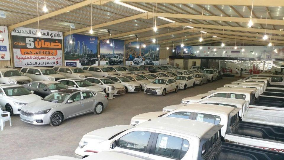 المرور السعودي يدرس منح معارض السيارات صلاحيات التسجيل ونقل الملكية وإصدار الرخص
