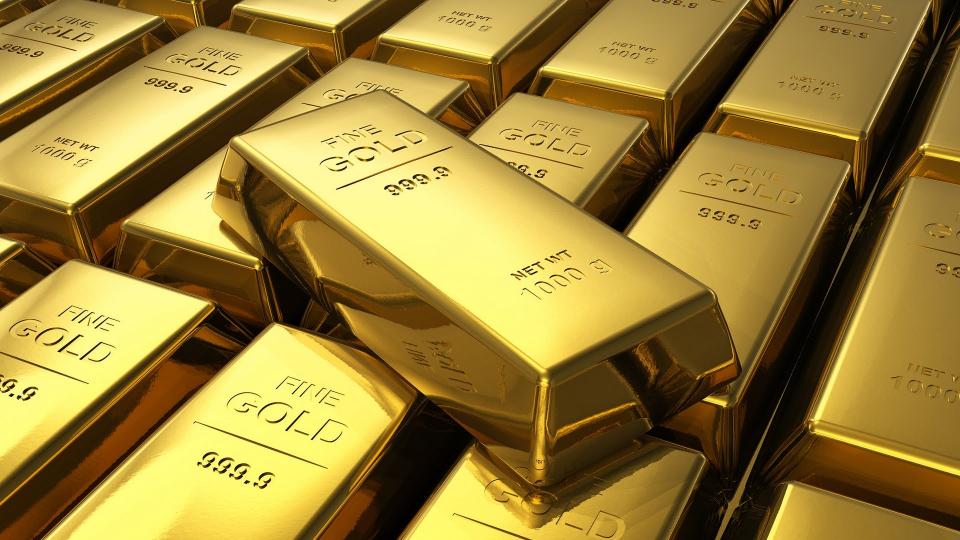 الذهب يقفز فوق 1450 دولاراً  ثم يهبط من ذروة 6 سنوات