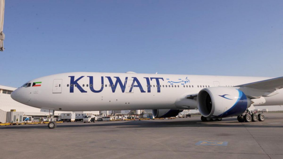 فيديو: اصطدام جناح طائرة كويتية بباب جسر الركاب في مطار فرنسي ولا ضحايا