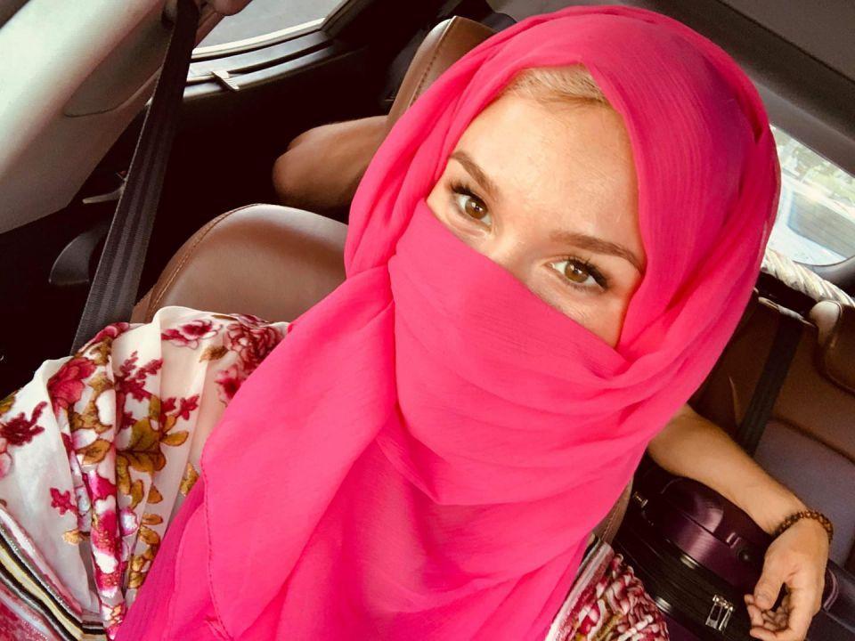 المغنية البريطانية جوس ستون ترتدي النقاب تعاطفا مع السعوديات