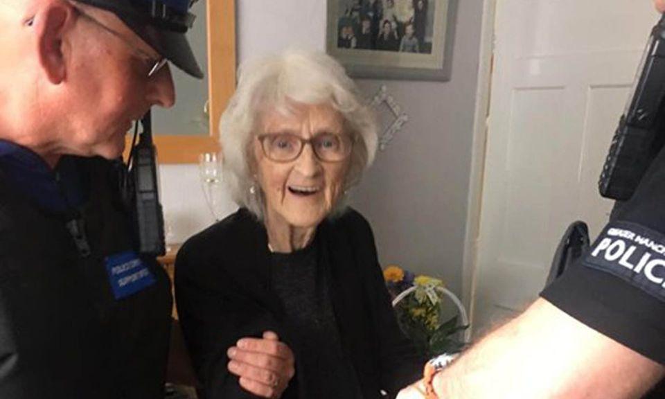 شرطة إنجلترا  تقبض على جدة مسنة لتحقيق حلمها