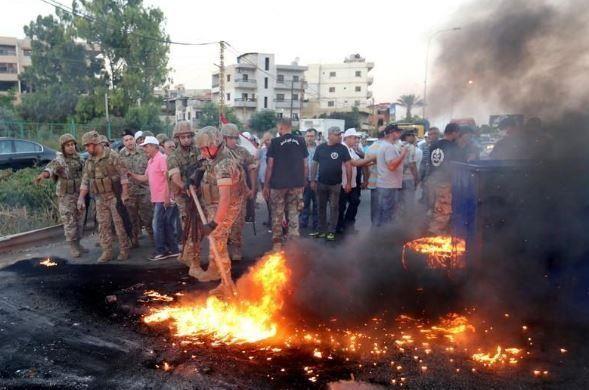 عسكريون متقاعدون يغلقون طرقاً رئيسية بلبنان احتجاجاً على تخفيضات في الموازنة