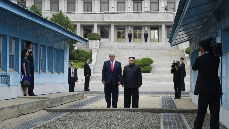 شاهد أول رئيس أميركي تطأ قدماه أراضي كوريا الشمالية