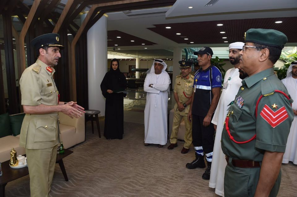 شرطة دبي تكرّم 4 موظفين لمساعدتهم أسرة عُمانية تعطلت سيارتهم بمكان خطر