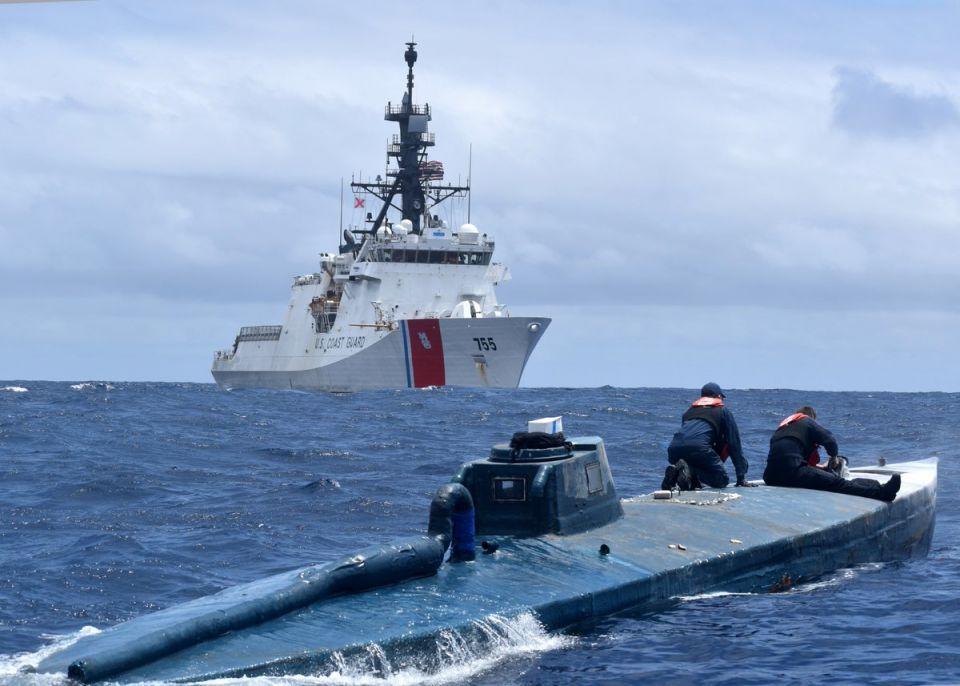 شاهد خفر السواحل الأمريكي يداهم غواصة تهريب مخدرات