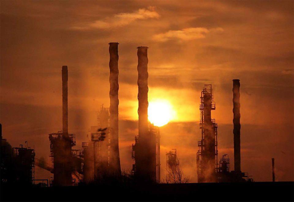 عاصفة  استوائية في أمريكا وتوتر الشرق الأوسط يرفعان أسعار النفط