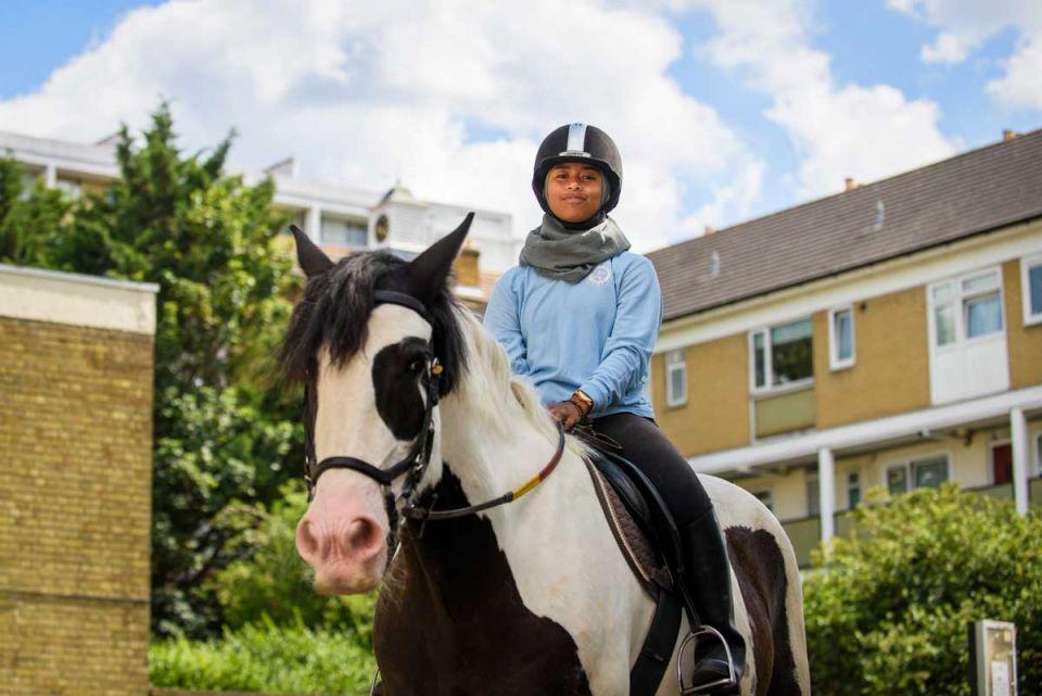 تعرف على أول مسلمة محجبة تشارك في سباق للخيول في بريطانيا