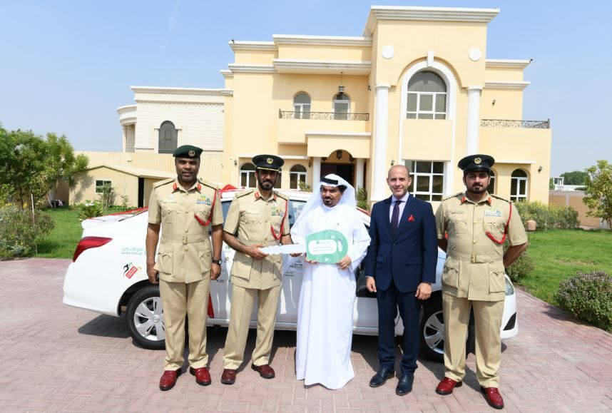 فيديو.. سيارة هدية مفاجأة شرطة دبي لعائلة الفائز بـ «النقاط البيضاء»