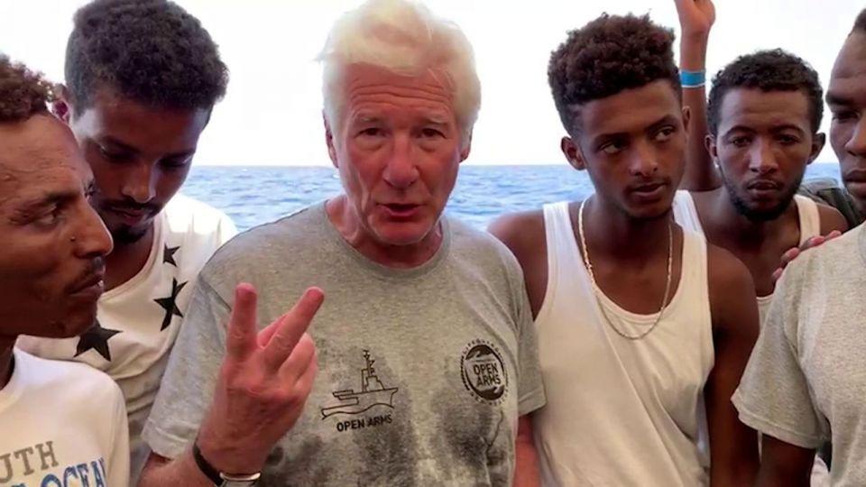 شاهد.. نجم هوليوود يفاجئ مهاجرين عالقين في البحر المتوسط