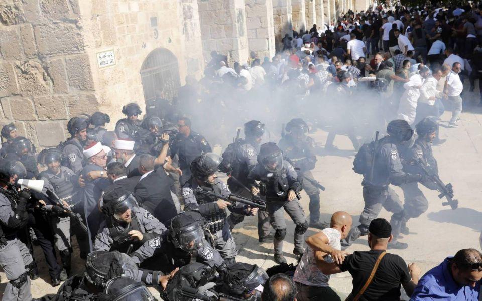 في أول أيام العيد.. الشرطة الإسرائيلية تهاجم مصلين فلسطينيين في حرم المسجد الأقصى