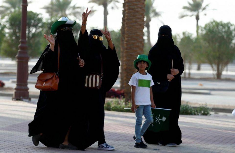 فيديو: المعلمات سيدرسن البنين في 1400 مدرسة سعودية