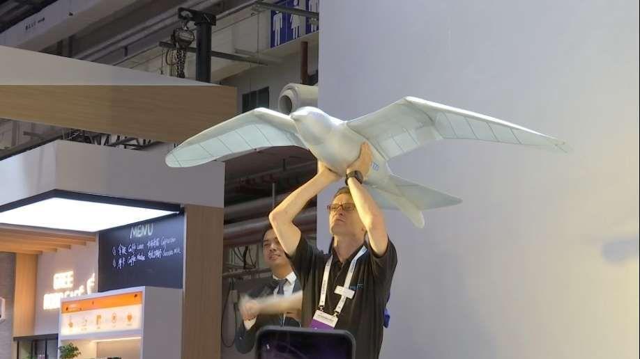 بالفيديو.. روبوت طائر يحلق فوق رؤوس زوار معرض الصين