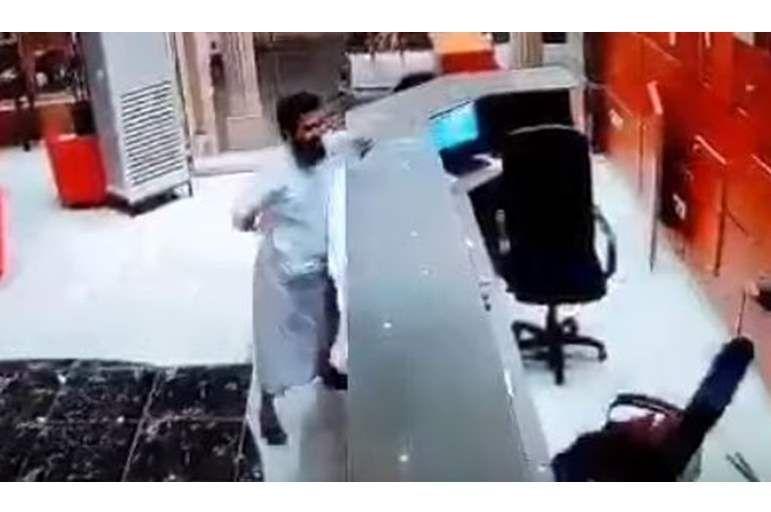 فيديو: نزيل يعتدي على موظفة استقبال سعودية في فندق