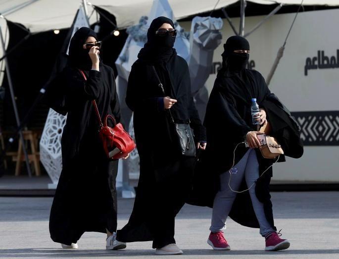 سعوديات يغامرن بالتجول من دون العباءة السوداء في الرياض