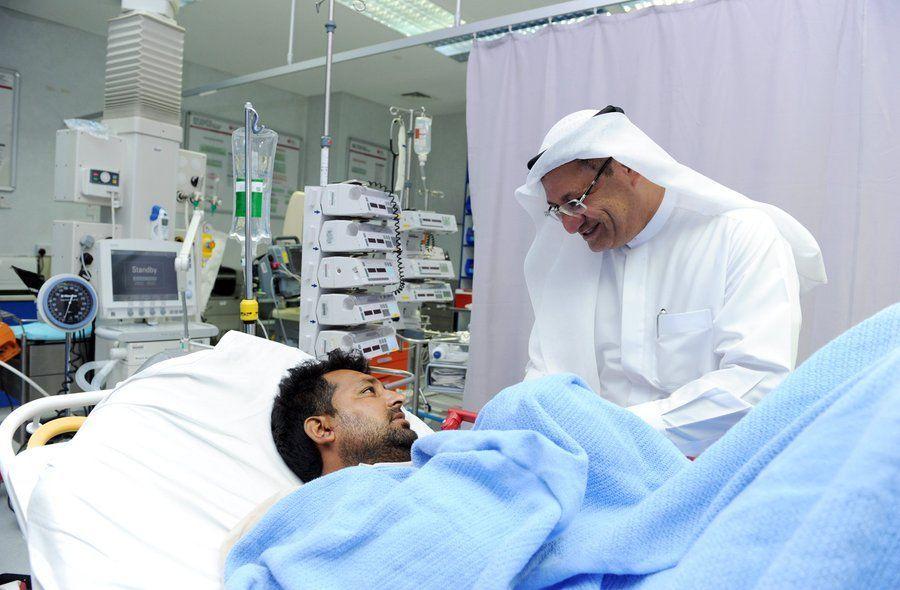 مدير عام صحة دبي يعود المصابين في حادث الحافلة المدرسية