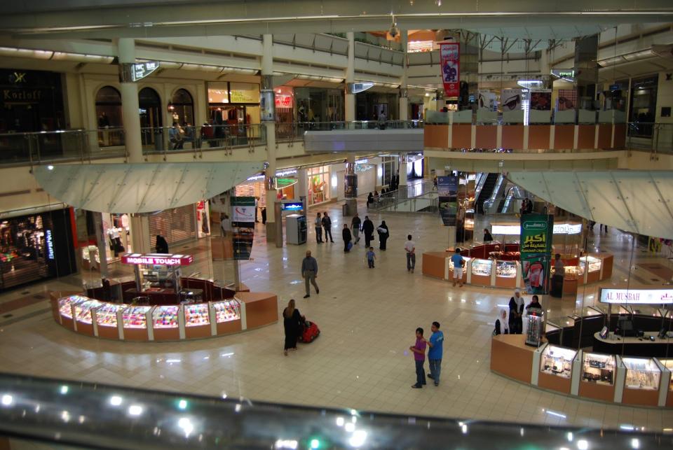 مولات شهيرة في الرياض تعود وتمنع دخول العزاب