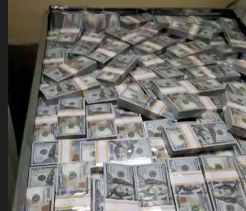 شاهد.. شرطة دبي تكشف حقيقة فيديو الصناديق الضخمة المملوءة بالدولارات