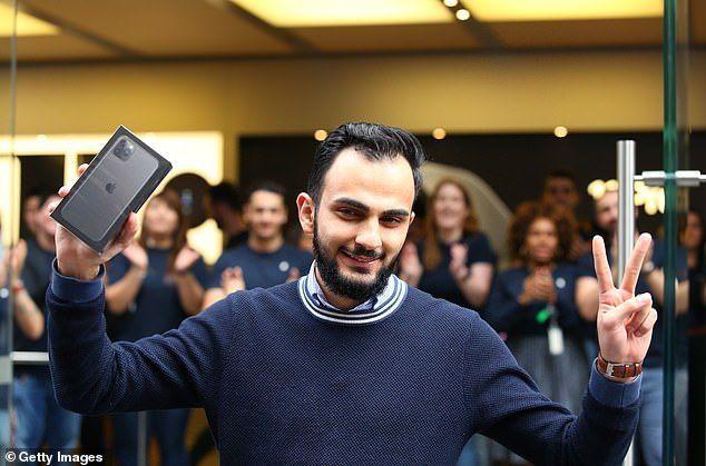 شاهد.. شاب من أصول عربية أول زبون لهاتف آيفون 11 في استراليا