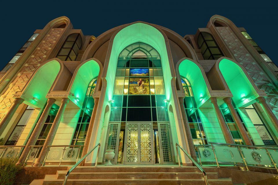 بالصور.. دور العبادة في أبوظبي تنير مبانيها باللون الأخضر