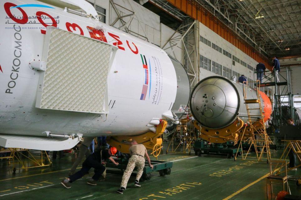 شاهد نقل الصاروخ الذي سيحمل أول رائد فضاء إماراتي