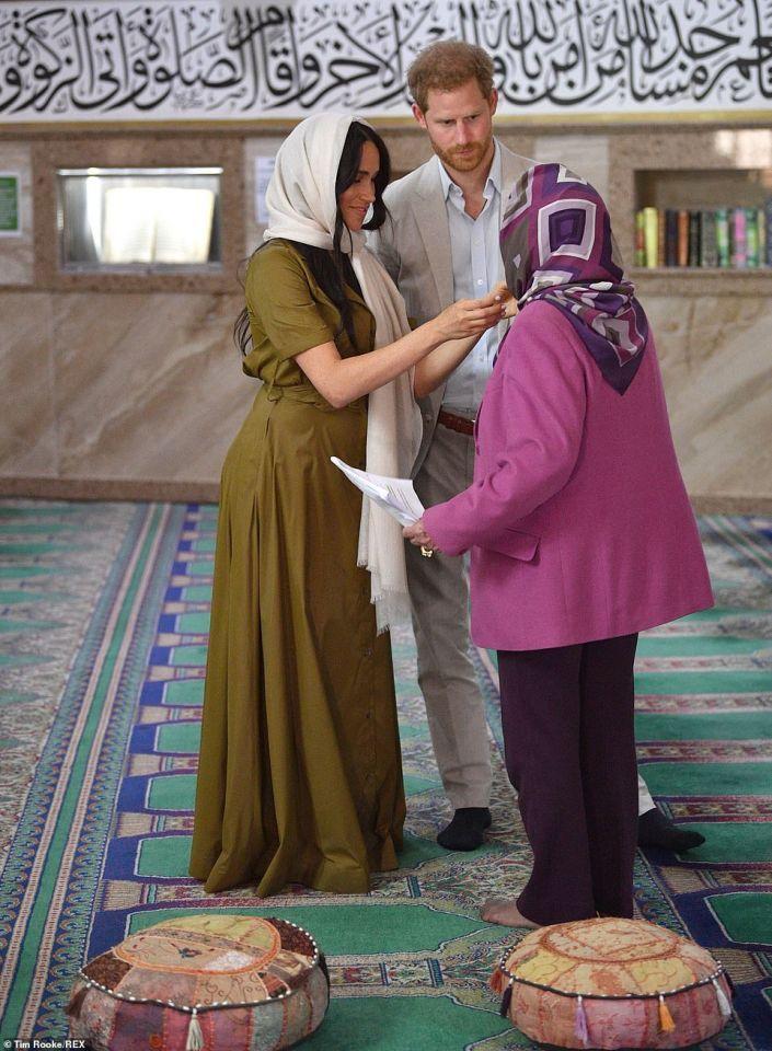 شاهد زوجة الأمير هاري ترتدي الحجاب والمكسي في زيارة حي للمسلمين بجنوب أفريقيا