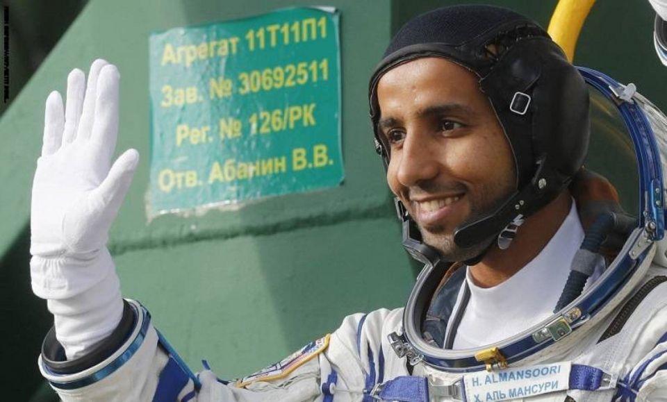 رائد الفضاء الإماراتي هزاع المنصوري  يجري تجربة مؤشرات حالة العظام