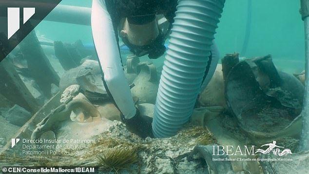 100 جرة رومانية في حطام سفينة تحت الماء منذ 1700 سنة