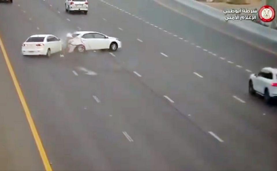 شاهد فيديو لحادث مروع بسبب الانشغال بغير الطريق