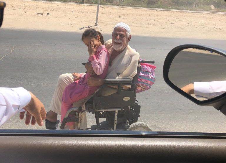 سعودي يتبرع بسيارة لمسن ينقل ابنته يومياً لمدرستها على كرسيه المتحرك