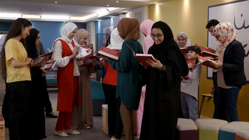 محمد بن راشد يهدي «قصتي» لأبطال تحدي القراءة العربي وهذه رسالته لهم