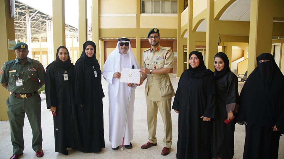 شرطة دبي تكرم أول معلم كفيف في الإمارات
