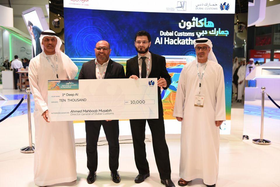 """جمارك دبي تكرم الفرق الفائزة في مسابقة """"هاكاثون الذكاء الاصطناعي"""""""