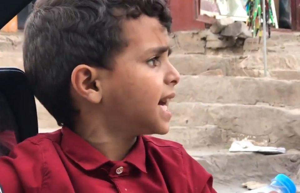 شاهد لقطات لطفل يمني يتصدر اهتمام الكثيرين على الشبكات الاجتماعية