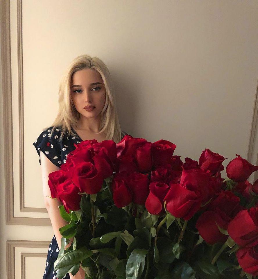 بالصور: فتاة من أصول مسلمة تباهي بنجاحها في موسكو