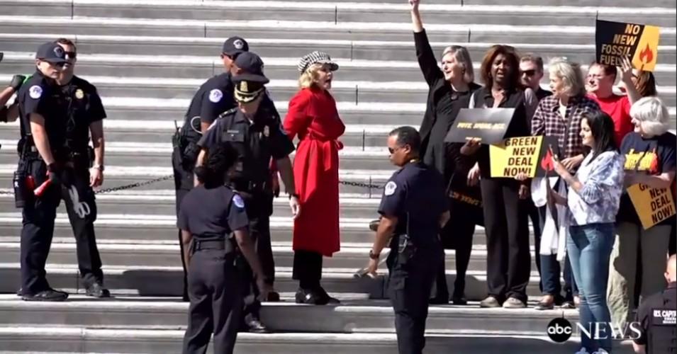 اعتقال الممثلة جين فوندا خلال مظاهرات الحفاظ على البيئة في واشنطن