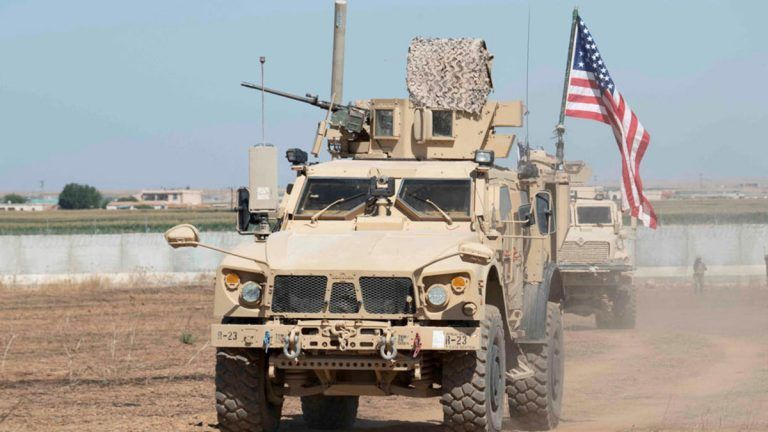 فيديو: أكراد يرشقون قوات أمريكية منسحبة من سوريا بالحجارة