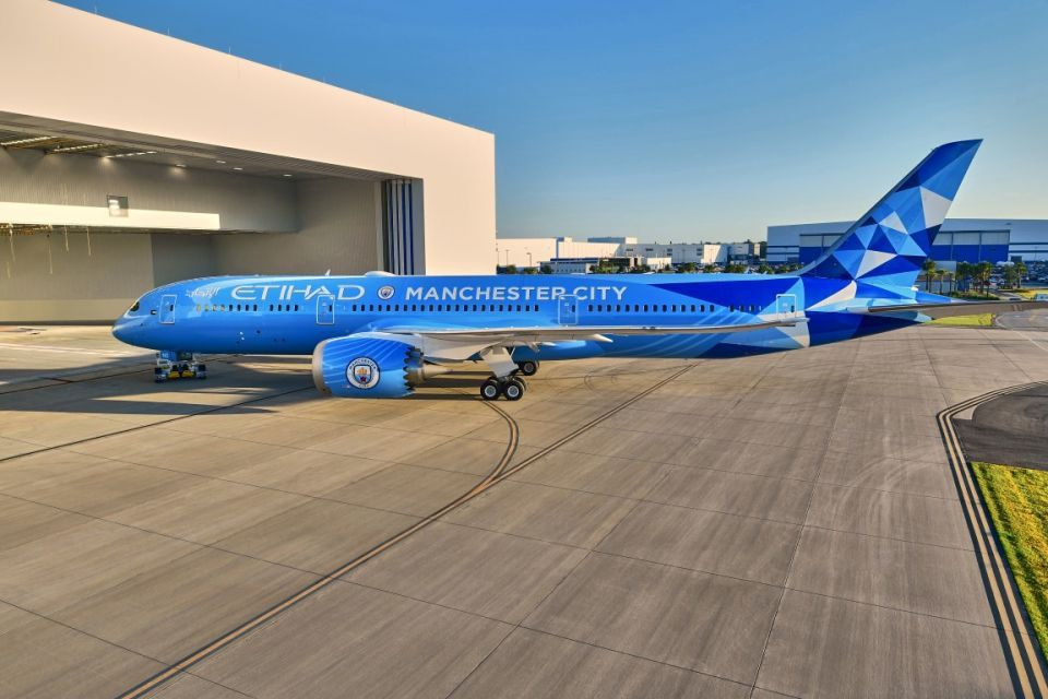 الاتحاد تكشف عن طلاء جديد لطائرة دريملاينر بتصميم لنادي مانشستر سيتي