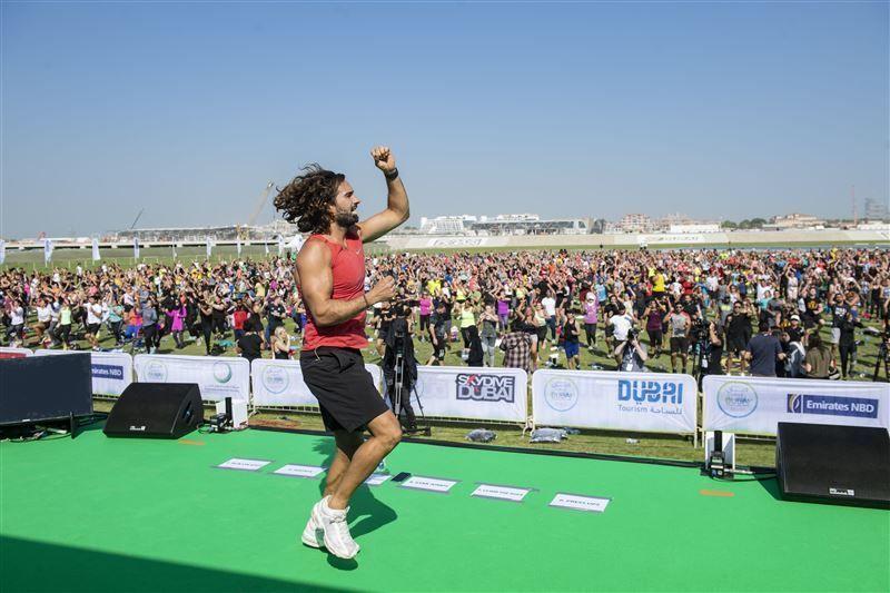 نجم انستغرام جو ويكس يقود أكبر تجمّع لتمارين التحمل ضمن تحدي دبي للياقة