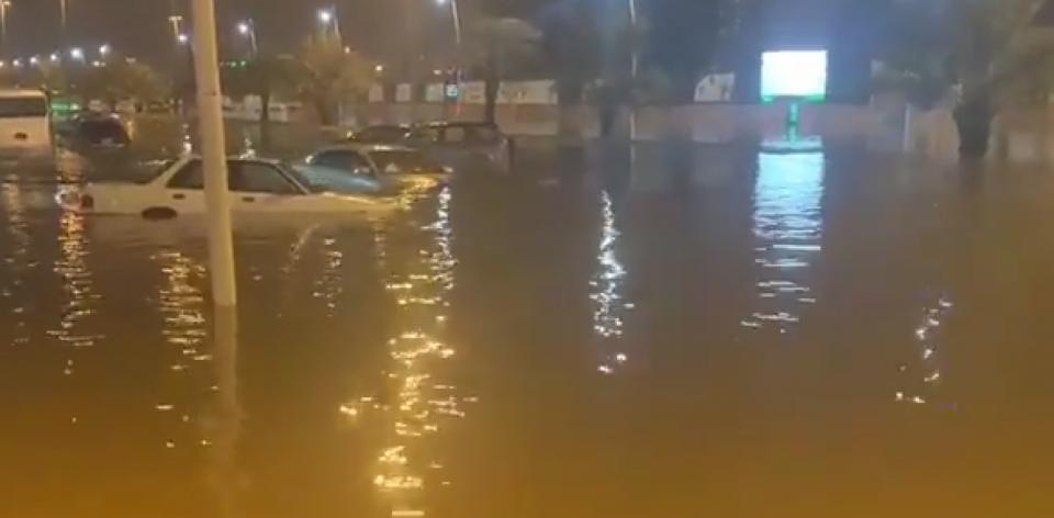 فيديو: الأمطار في السعودية تغرق شوارع حفر الباطن ومؤسسات تعليمية تعلق الدراسة