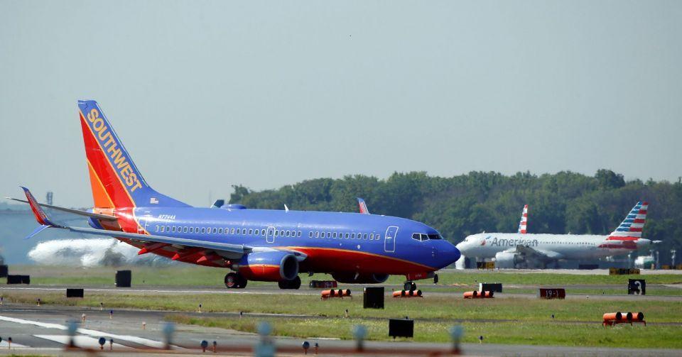 اتهام لشركة طيران أمريكية بمراقبة حمامات طائرة بكاميرات سرية