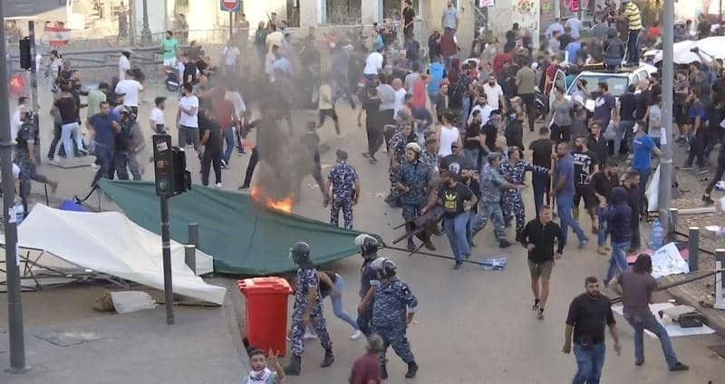 شاهد الاعتداء على المتظاهرين واحراق الخيم في ساحة الشهداء ببيروت