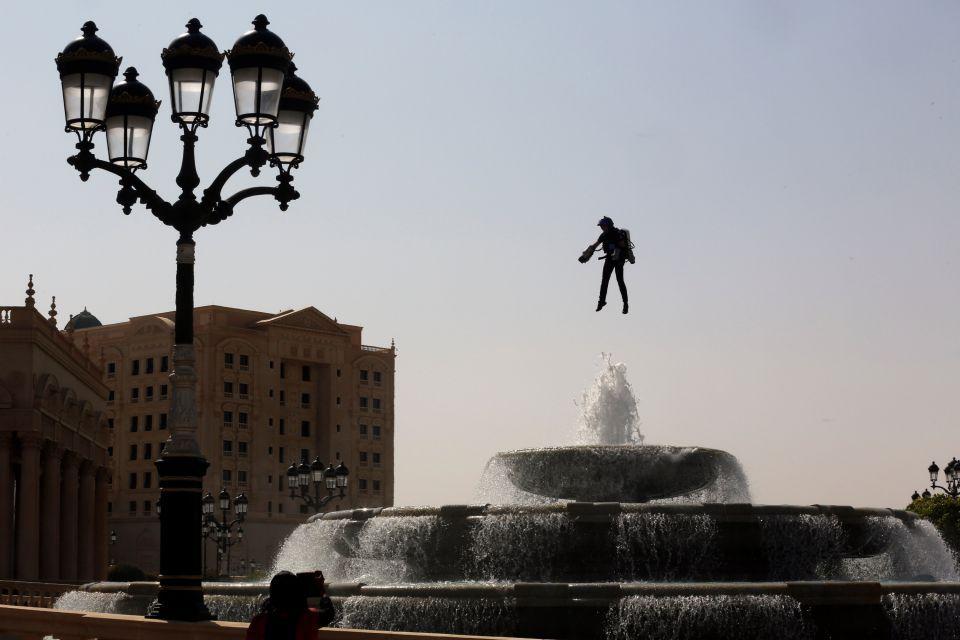 فيديو: الرجل الطائر يحلق في الرياض مع انطلاق