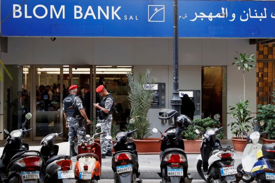 مع استئناف بنوك لبنان لعملها، عملاء يواجهون قيودا على بعض التحويلات