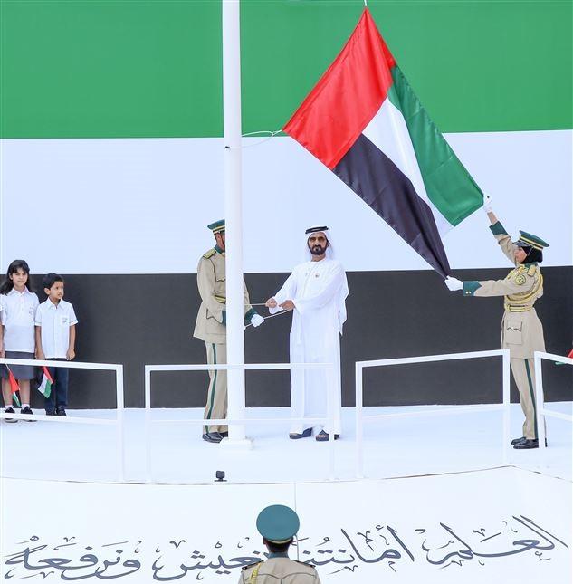 محمد بن راشد يرفع علم الإمارات في ساحة «برج خليفة»
