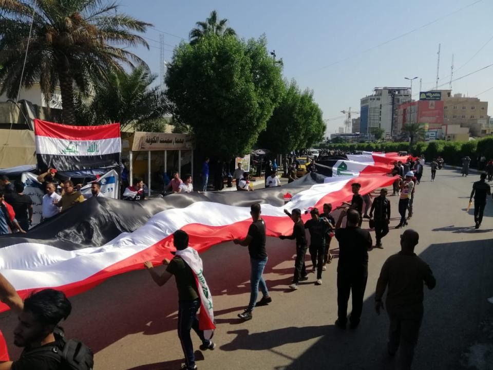 بالصور : اطول علم عراقي في شوارع كربلاء
