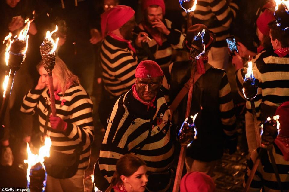 شاهد  حرائق احتفالات بريطانيا بيوم تمرد غاي فوكس