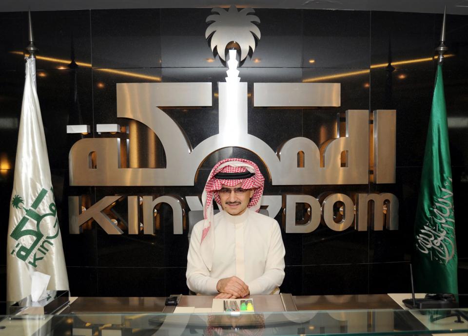 الأمير الوليد بن طلال يشجع رياضة المشي ويلفت الاهتمام بقطعه 10 كيلومترات مشيا