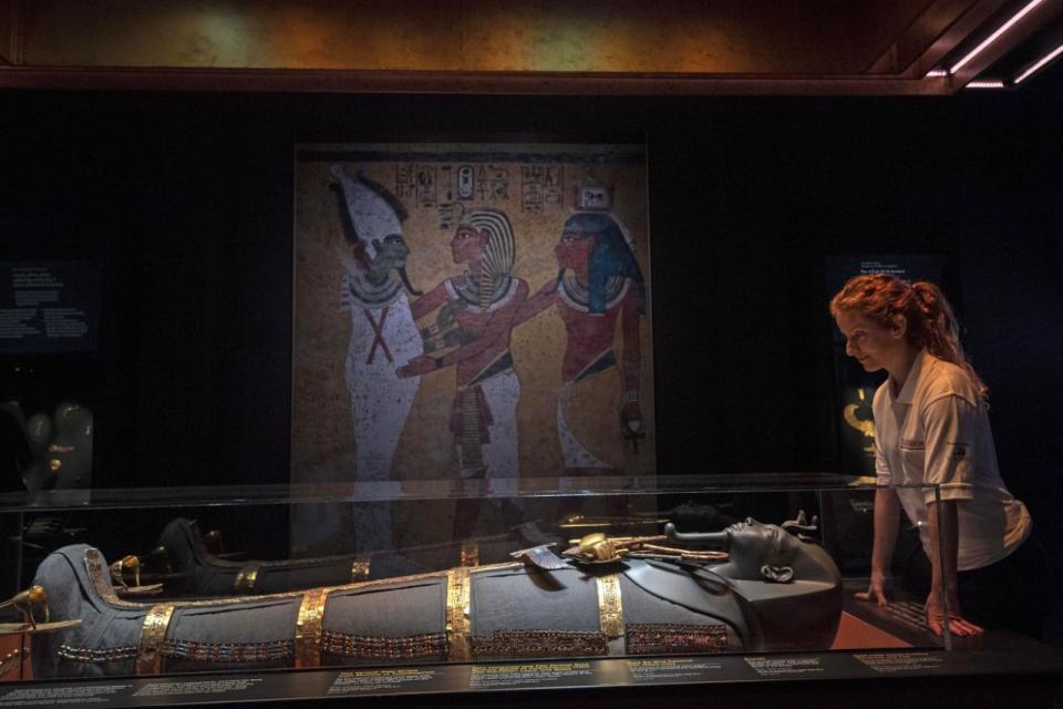 بالصور : معرض توت عنخ آمون .. كنوز الفرعون الذهبي في لندن