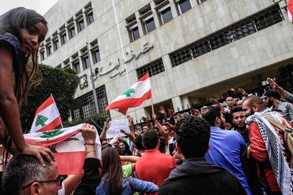 العاملون بالبنوك اللبنانية يواجهون تهديدات من زبائن غاضبين