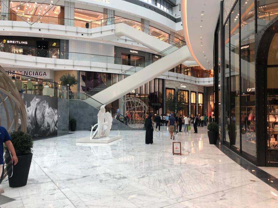 شركة إعمار تجري صيانة لبعض محلات دبي مول تسربت إليها مياه الأمطار